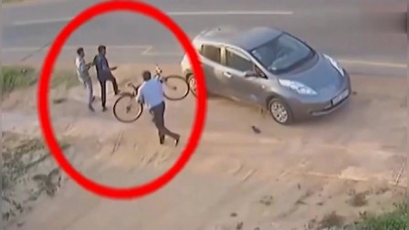 两人路边聊天,后面来了一辆车,监控拍下小伙无助一幕