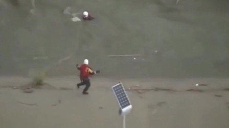 男子被洪水冲走,岸上的消防人员拼死营救
