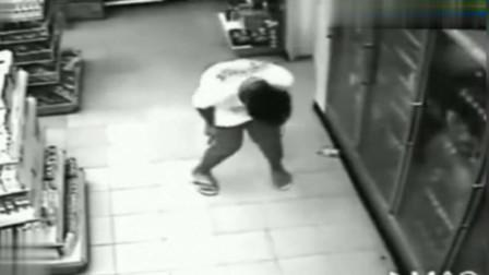 男子超市买水喝,监控突然拍下可怕一幕