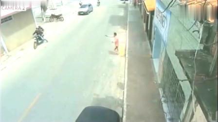 男子在路边发现了不对劲,结果反应太霸气了