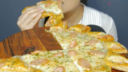 美女吃播超大披萨,漂亮创意花边,拉丝美味颜值超棒,吃得太馋人