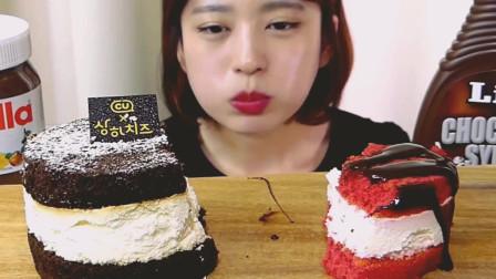 妹子吃巧克力和草莓味奶酪芝士蛋糕, 好馋人啊