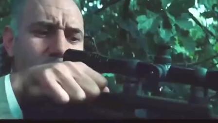 现代战电影 队友帮狙击手远望敌人 结果一转头发现狙击手被爆头 太悲剧了。