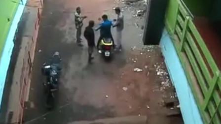 男子骑着新买的摩托车找朋友聊天,下一秒他内心是多么的无助