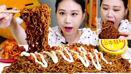 韩国吃播:炸酱面+金枪鱼蛋黄酱,搭配泡菜一起,卡妹吃得真过瘾