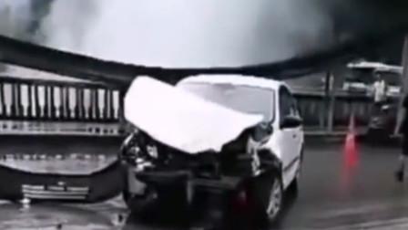 浙江水泥罐車無人駕駛溜一路撞2人8車后墜河