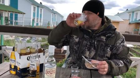 战斗民族都这么喝酒?高浓度伏特加配啤酒,下酒菜却只有这个