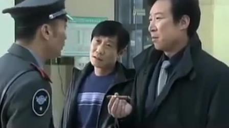 恶霸在医院抽烟,还当众侮辱保安,却不知对方是个高手,有好戏了