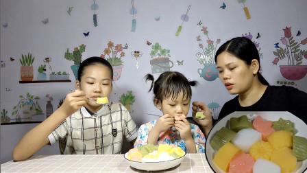 星星和妈妈一起做布丁,一次做4种口味的,吃起来很像果冻啊