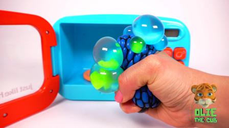 用微波炉制作汉堡和炸薯条让孩子们用粘糊糊的玩具学习颜色并把它们做成油炸食品