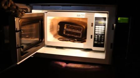 在大烤箱中塞入微波炉面包机会怎样?老外实验亲测!网友 :不怕爆炸?