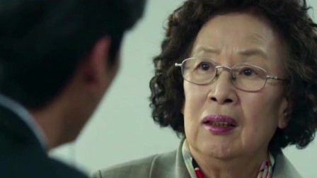 老奶奶掀起衣服,揭露她那不堪的身份后,会场一片肃静!