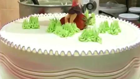 美食:蛋糕师制作蛋糕的手法亮了,原来叉子可以这样用,我学到了