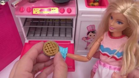 芭比娃娃正照着食谱在做苹果派呢,她的烤箱玩具可真豪华