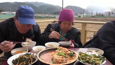 韩国农村普通人家午饭,有炖鱼和酸辣泡菜,一家三口吃得很幸福