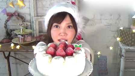 漂亮小姐姐挑战吃炸鸡块,草莓奶油蛋糕和巧克力蛋糕,这么多甜品,不怕长胖吗
