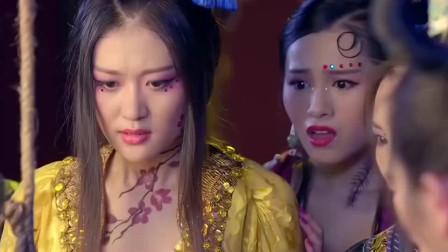 美女被拿来喂蛇,不料毒蛇见到她竟害怕不敢咬,原来身份不简单!