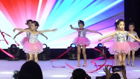 幼儿园六一儿童节文艺晚会舞蹈《彩带舞》