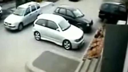 女司机驾车刚到小区门口,监控就拍下这样的画面