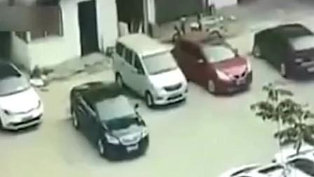 """女司机开车的技术真是""""危险"""",监控拍下""""惊险""""画面"""