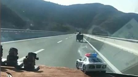 """高速上出来个摩托车,还是个""""拖挂"""",他是怎么上去的?"""