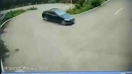 """女司机开车挂错档,监控拍下""""虚惊""""一幕"""