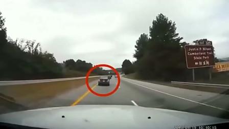 """女司机开车走神,轿车""""失控"""",监控拍下全过程"""