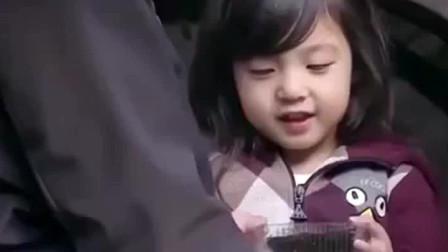 陈小春遇见小泡芙,直接开启宠溺模式,小小春都忍不住捂脸了!