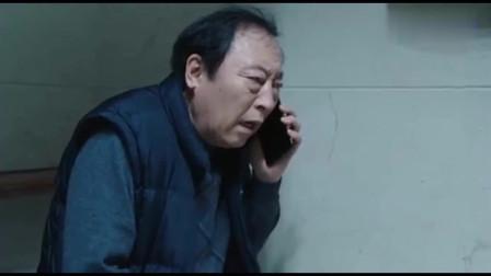 明成敲门让老爸开门,老爸躲进厕所打明哲电话去了