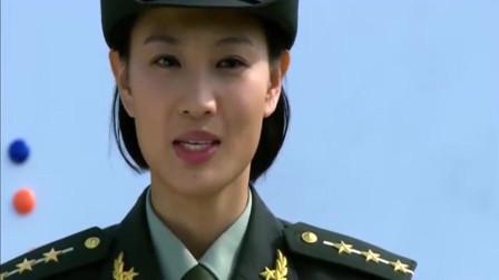 利刃出鞘:美女教官给特种兵讲课,不料士兵在下面打手势,得知内容立马暴走
