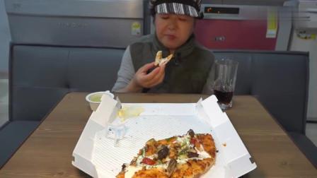 《韩国农村美食》儿子买的12寸披萨,妈妈吃得很开心