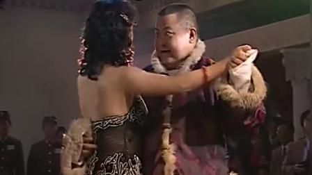 矮胖子跟美女跳舞,一通乱踩,美女却不敢多说什么
