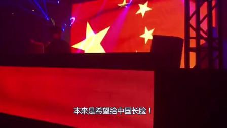 蔡徐坤又挑战网民底线,拿中国国旗当演唱会背景,疑违反国旗法