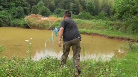 这小胖是个人才!抛网抓鱼,渔网甩出360度,鞋都飞出去了
