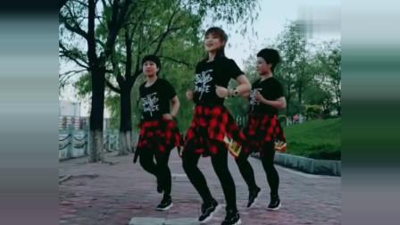 """跳嗨了!曳步舞三姐妹来段""""眉飞色舞"""",青春靓丽,棒极了"""