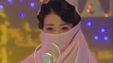 歌女带着面纱唱歌,谁知面纱突然掉落,现场观众吓坏了!
