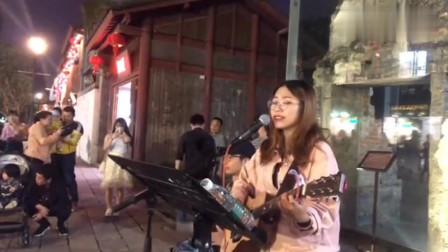 美女街边翻唱张学友《离人》