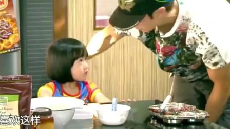 爸爸回来了:吴尊这个爸爸做的超合格,用脚夹住椅子腿,好宠啊