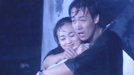 致命邂逅:帅哥和美女雨中玩浪漫,这绝对是撩妹高手,在下佩服