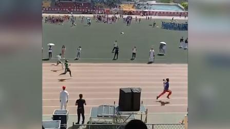 大学田径比赛摄影师扛着摄像机跑了第一 网友:摄影师才是最强王者