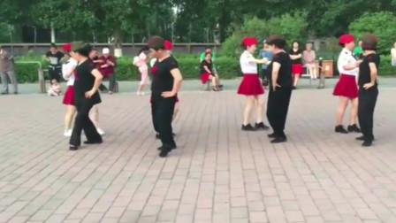 精彩的广场舞水兵舞,看着像表演,大妈们跳得太精彩了