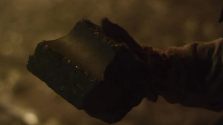 高分美剧《切尔诺贝利》,消防队员无辜触碰高辐射石墨,手瞬间腐烂