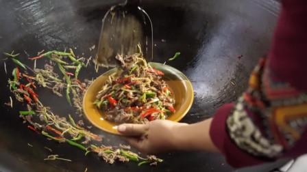 青芒果凉拌虾仁。青芒果切丝炒牛肉。看得我口水直流你吃过吗