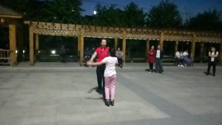吉林口前小镇的小美女酷爱水兵舞