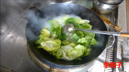川菜馆来一广东厨师,他炒蔬菜的方法和我们川菜完全不一样