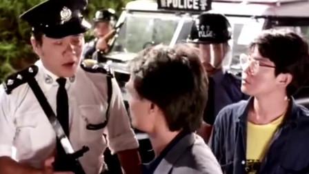《僵尸家族》警察为难林正英不让进,不料林正英报上大名瞬间怂了!