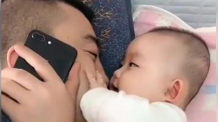 爸爸假装给奶奶打电话,没想到小宝宝是这样的反应