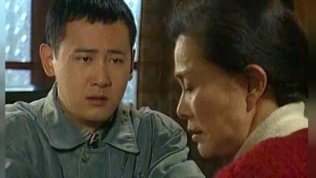 傻阿甘为了帮朋友浦俊,让母亲想办法帮忙,母亲拿出了所有家当