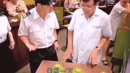一部经典的香港电影 许冠文饭店内出现很多老鼠却遇到上面来检查  他和员工拿碗不停的藏老鼠。