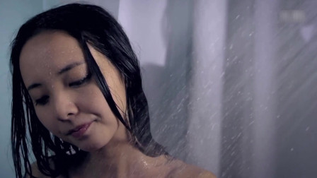 美女洗完澡出来,一看外面的门被人撬开,吓得狂呼乱叫!